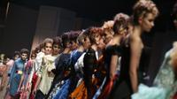 Sebastian Gunawan kembali meluncurkan koleksi busana terbarunya berjudul Cromia, busana-busana dengan permainan warna yang intens. Sumber foto: Yunan Laziale/Bintang.com.