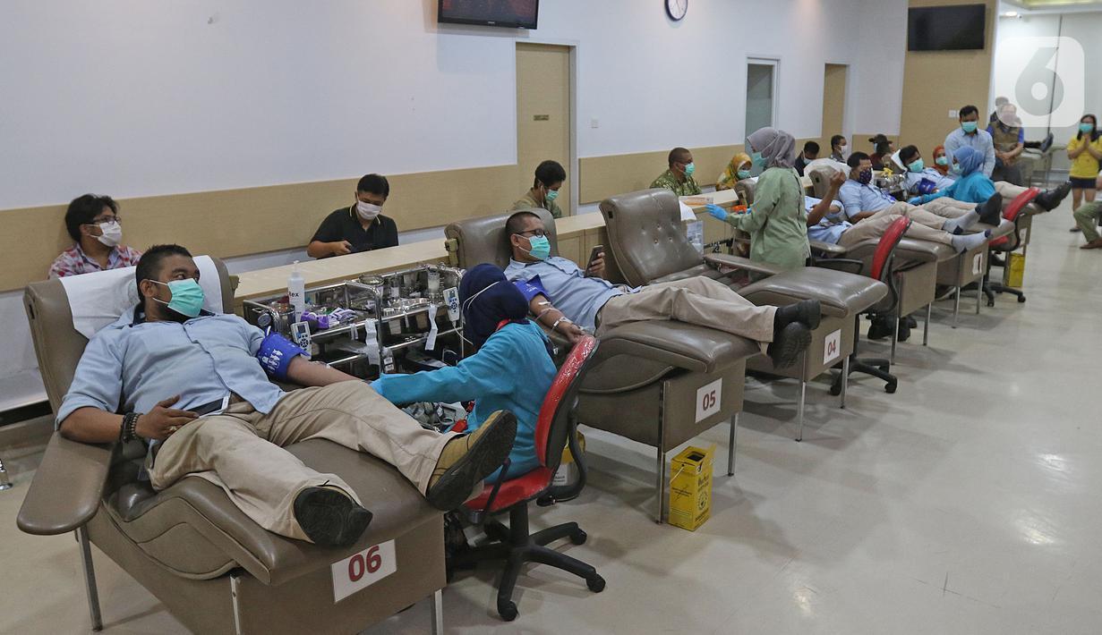 Sejumlah orang mendonorkan darah mereka di kantor PMI DKI Jakarta, Jumat (20/3/2020). Dampak meluasnya Virus Corona COVID-19, stok darah di PMI Jakarta menurun 60 - 70 persen hingga membuat pihak rumah sakit membuka donor darah atau mengirim pendonor ke PMI. (Liputan6.com/Herman Zakharia)