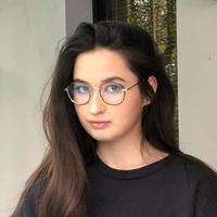 Gadis kelahiran  20 Mei 2000 ini kerap tampil natural di berbagai kesempatan. Ia kerap mengunggah potret kasualnya di media sosial. Gaya santai dan cerianya banyak dikagumi. (Liputan6.com/IG/@stephaniepoetri)
