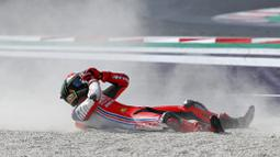 Pembalap Pramac Racing, Francesco Bagnaia, berusaha bangkit saat balapan MotoGP Emilia Romagna di Sirkuit Misano, Italia, Minggu (20/9/2020). Bagnaia yang sempat memimpin balapan gagal menjadi juara setelah terjatuh pada lap ke-21. (AP/Antonio Calanni)