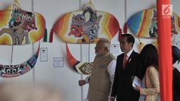 Presiden Joko Widodo (Jokowi) dan Perdana Menteri India, Narendra Modi meninjau Pameran Layang-layang Indonesia-India di pelataran Monas, Jakarta, Rabu (30/5). Kedua Kepala Negara melihat-lihat model layangan yang dipajang. (Merdeka.com/Iqbal S. Nugroho)