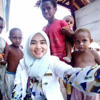 Selain cantik, dokter Amalia juga tangguh saat berjuang membantu memberikan perawatan medis kepada masyarakat di pedalaman Papua. (Sumber Foto: Facebook/Amalia Usmaianti)