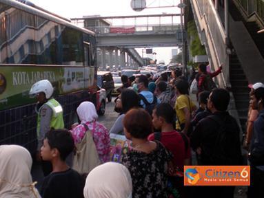 Citizen6, Jakarta: Angkutan umum di Jakarta belum juga berbenah. Banyak calon penumpang yang tidak kebagian bus dan angkutan menuju kawasan timur Jakarta pada, Sabtu (2/7). Bus-bus sudah nampak penuh sesak dengan penumpang saat akan naik. (Pengirim: Akhid