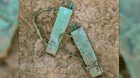 Senjata-senjata itu berukuran kecil sehingga diduga dipakai sebagai perhiasaan belaka, mungkin sebagai persembahan kepada suatu dewa.