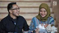 Artis Poppy Bunga bersama suaminya Muhammad Arkandra Malik Riphat memberi keterangan pers usai melahirkan anak kedua di RS Meilia, Depok, Jawa Barat, Jumat  (20/7). Poppy melahirkan anak laki-laki pada 17 Juli 2018. (Liputan6.com/Faizal Fanani)