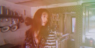 Saat ini Park Shin Hye sedang sibuk mempersiapkan drama terbarunya yang berjudul Memories Of The Alhambra. Walaupun sibuk, ia menyempatkan diri untuk menyapa para penggemarnya dengan siaran live. (Foto: instagram.com/ssinz7)