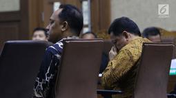 Terdakwa dugaan korupsi pengadaan lahan Bandara Bobong pada APBD Kabupaten Kepulauan Sula tahun 2009 Zainal Mus (kiri) dan Ahmad Hidayat Mus saat sidang pembacaan tuntutan di Pengadilan Tipikor, Jakarta, Kamis (14/3). (Liputan6.com/Helmi Fithriansyah)
