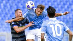 Striker Lazio, Ciro Immobile, duel udara dengan bek Inter Milan, Milan Skriniar, pada laga Liga Italia di Stadion Olimpico, Roma, Minggu (4/10/2020). Kedua tim bermain imbang 1-1. (Fabrizio Corradetti/LaPresse via AP)