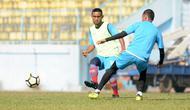 Agil Munawar dalam sesi latihan Arema. (Bola.com/Iwan Setiawan)