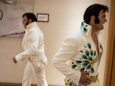 Kontestan bersiap mengikuti Kejuaraan Elvis Eropa di Hilton Metropole Hotel di Birmingham, Inggris (5/1). Kompetisi mirip penyanyi legendaris Elvis Presley ini digelar setiap tahunnya. (AFP Photo/Oli Scarff)