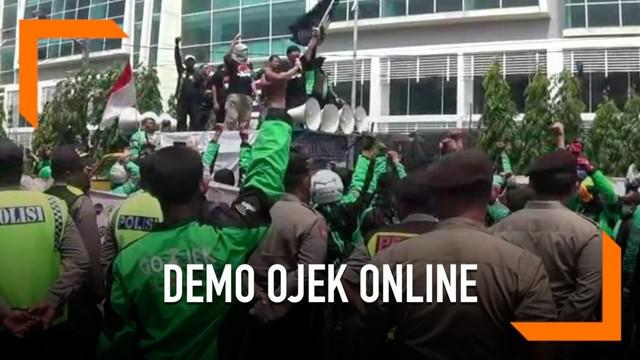 Ribuan pengemudi ojek online melakukan demonstrasi menuntut perbaikan tarif dan pelayanan kepada regulator.