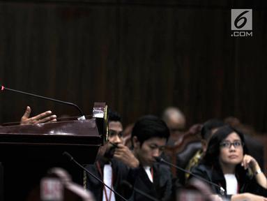 Prof. DR. Koerniatmanto memberi keterangan saat menjadi saksi ahli di Mahkamah Konstitusi, Jakarta, Rabu (18/4). Sidang membahas tentang Pengujian UU No. 19 Tahun 2003 Tentang Badan Usaha Milik Negara (BUMN). (Merdeka.com/Iqbal Nugroho)
