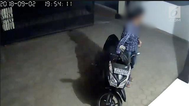 Seorang pencuri motor di Banyumas Jawa Tengah terekam kamera CCTV saat melakukan aksinya di halaman rumah warga. pelaku diduga sudah melakukan aksi serupa di komplek perumahan tersebut.