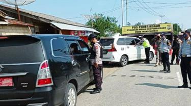 Posko penyekatan larangan mudik di perbatasan Riau yang dibangun polisi dan pemerintah daerah.