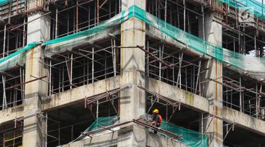 Pekerja beraktivitas di kawasan proyek pembangunan Apartemen Meikarta di Cikarang, Kabupaten Bekasi, Jawa Barat, Jumat (12/4). Sejak diluncurkan 17 Agustus 2017 lalu Meikarta secara cepat melakukan pembangunan dan kini sudah ada 28 tower yang sudah dibangun secara serentak (Liputan6.com/Johan Tallo)