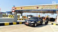 Mobil RI1 yang ditumpangi Presiden Joko Widodo melintas usai meresmikan jalan tol Solo-Ngawi ruas Kartasura-Sragen, Minggu (15/7). (Liputan6.com/Pool/Biro Pers Setpres)