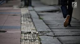 Kondisi jalur difabel trotoar di kawasan Sarinah, Jakarta, Rabu (6/1). Kondisi trotoar yang tidak steril ini menyulitkan pejalan kaki, terutama difabel saat melintas. (Liputan6.com/Faizal Fanani)