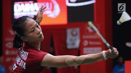 Tunggal puteri Indonesia, Fitriani mengembalikan kok ke arah Kirsty Gilmour (Skotlandia) pada babak pertama Indonesia Masters 2018 di Istora Senayan, Jakarta, Rabu (24/1). Fitriani unggul 20-22, 21-15, 21-16. (Liputan6.com/Helmi Fithriansyah)