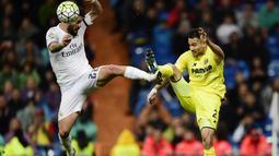 Pemain Real Madrid, Isco (kiri), berebut bola dengan pemain Villarreal, Mario, pada lanjutan La Liga Spanyol di Stadion Santiago Bernabeu, Madrid, Rabu (20/4/2016) atau Kamis dini hari WIB. (AFP/Pierre-Philippe Marcou)