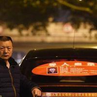 Wang Mingqing memilih jadi sopir taksi, berharap dapat menemui anaknya yang hilang suatu hari nanti. (Foto: shanghaiist)