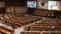 Suasana Rapat Paripurna Pembukaan Masa Persidangan IV Tahun Sidang 2020-2021 di Kompleks Parlemen, Senayan, Jakarta, Senin (8/3/2021). Rapat Paripurna tersebut diikuti oleh 86 anggota DPR yang hadir secara fisik dan 260 orang secara virtual.  (Liputan6.com/Angga Yuniar)