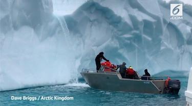 Sebuah tur menawarkan pengalaman menarik minum air alami dari es mencair di Kutub Utara. Kini paket wisata ini semakin digemari turis.