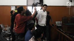 Terdakwa kasus penggguna kokain Richard Muljadi memasuki ruang sidang di PN Jakarta Selatan, Kamis (28/2). Majelis Hakim memvonis Richard Muljadi 1 tahun 6 bulan dengan dipotong masa tahanan untuk rehablitasi. (Liputan6.com/Herman Zakharia)
