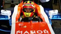 Rio Haryanto telah memulai debutnya di balapan resmi F1 setelah turun dalam latihan bebas F1 GP Australia yang merupakan seri perdana kalender F1 musim 2016 di Sirkuit Albert Park, Australia, Jumat (18/3/2016). (Bola.com/Manor Racing)