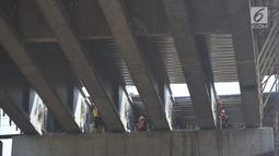 Pekerja menyelesaikan pembangunan jalan tol Salatiga-Boyolali-Colomadu sepanjang 32,65 km yang saat ini dalam proses pembangunan. Rabu (30/5). Perlintasan ini akan dijaga oleh petugas dari JSN bersama Polri dan TNI. (Liputan6.com/Gholib)