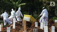 Petugas melakukan pemakaman jenazah dengan protokol COVID-19 di TPU Tegal Alur, Jakarta, Selasa (29/9/2020). Dari Maret hingga 25 September 2020, tercatat 2.145 jenazah dimakamkan dengan protokol COVID-19 di di TPU Tegal Alur. (Liputan6.comHelmi Fithriansyah)
