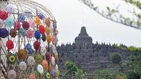 Kreasi payung tradisional nusantara mewarnai kawasan Taman Lumbini, Komplek Candi Borobudur selama Festival Payung Indonesia 2018 di Magelang, Jawa Tengah, Jumat (7/9). Festival budaya ini diselenggarakan tanpa pungutan biaya. (Liputan6.com/Gholib)
