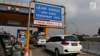 Pengendara melintas memasuki gerbang tol transaksi non tunai di pintu masuk tol ruas Tangerang, Banten, Rabu (17/7/2019). Pembayaran tarif tol nantinya akan menggunakan Radio Frequency Identification (RFID) berupa aplikasi FLO yang tertempel pada kendaraan. (Liputan6.com/Angga Yuniar)