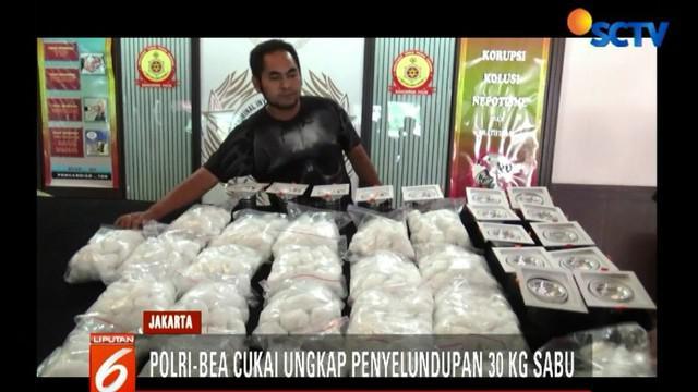 Selanjutnya, petugas melakukan controlled delivery menuju alamat pengiriman di Surabaya, Jawa Timur. Tim langsung membekuk Herman Sutjiono alias Liang sesaat setelah menerima paket sabu itu.