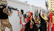Warga Sudan turun ke jalan (17/8/2019), merayakan penandatangan kesepakatan pembagian kekuasaan antara dewan militer dan sipil, yang mengakhiri krisis Sudan (AFP PHOTO)