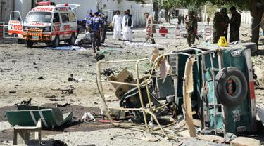 Relawan medis memindahkan mayat di lokasi ledakan bom mobil di dekat kantor kepala kepolisian di Quetta, bagian barat-daya Pakistan, Jumat (23/5). Sedikitnya lima orang tewas dan 14 orang lagi cedera dalam ledakan bunuh diri tersebut. (BANARAS KHAN/AFP)