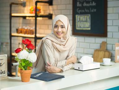 Ririn Dwi Ariyanti, istri dari Aldi Bragi yang gaya penampilannya selalu modis dan stylish. Termasuk saat ia tampil mengenakan hijab. Dengan mengenakan hijab, Ririn Dwi Ariyanti semakin terlihat cantik memesona. ((Liputan6.com/IG/@ririndwiariyanti)