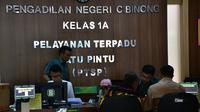 Tim paslon Ade Ruhandi dan Ingrid Kansi melaporkan pilkada Kabupaten Bogor ke PN Cibinong.
