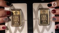 Petugas menunjukkan koleksi lempengan emas di Pegadaian, Jakarta, Selasa (18/5/2021). Harga emas batangan PT Aneka Tambang Tbk. (Antam) pada 17 Mei 2021 berada di posisi lebih tinggi dibanding hari sebelumnya. (Liputan6.com/Johan Tallo)