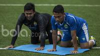 Gelandang Persib Bandung, Dedi Kusnandar, bersama Deden Natshir (kiri) saat latihan di Lapangan Lodaya Bandung, Jawa Barat, Selasa (28/3/2017). (Bola.com/Vitalis Yogi Trisna)