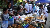 Pemerintah Kota Administrasi Jakarta Pusat bersama Badan Pengawas Obat dan Makanan (BPOM) melakukan inspeksi mendadak di pusat makanan berbuka puasa atau takjil di Bendungan Hilir, Jakarta, Jumat (10/6). (Liputan6.com/Gempur M Surya)