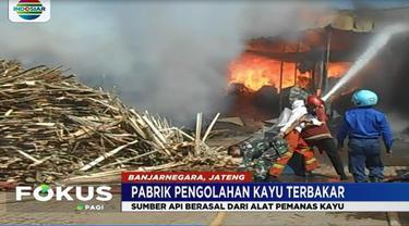 Puluhan karyawan pabrik pengolahan kayu panik, saat kobaran api tiba-tiba membesar dari bagian belakang pabrik.