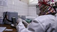Petugas medis bersiap menyuntikkan vaksin COVID-19 Sinovac kepada tenaga kesehatan di Puskesmas Palmerah, Jakarta, Kamis (28/1/2021). Pemberian vaksin COVID-19 tahap kedua dilaksanakan terhadap tenaga kesehatan mulai hari ini. (Liputan6.com/Johan Tallo)