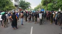 Sejumlah massa dari ormas Islam tampak berkumpul usai bentrokan di depan Kantor PCNU Solo, Jumat (6/12).(Liputan6.com/Fajar Abrori)