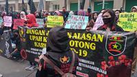 Forum Buruh Karawang (FBK) menggelar aksi di UPTD Pengawasan Ketenagakerjaan Wilayah II Disnaker Provinsi Jabar, di Karawang, Jumat (10/7/2020). (Liputan6.com/ Abramena)