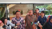 Anggota Bidang Komunikasi Partai Gerindra Andre Rosiade (batik cokelat) mendatangi Kantor Staf Presiden, Rabu (14/8/2019). (Liputan6.com/ Lizsa Egeham)
