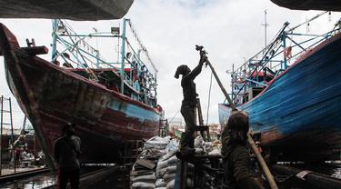 Mengintip Perbaikan Kapal Nelayan di Masa Pandemi COVID-19