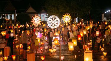 Lentera yang bercahaya terlihat pada jalan di Luang Prabang, Laos, 3 Oktober 2020. Dalam Festival Boun Lai Heua Fai, warga mendandani kota dengan berbagai lentera, berparade bersama, kemudian melarungkan perahu naga besar dan kecil dari batang pohon pisang ke Sungai Mekong. (Xinhua/Kaikeo Saiyasane)