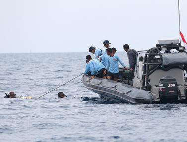 Aksi Pasukan Katak TNI AL Cari Korban Lion Air Jatuh