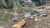 Timbunan limbah domestik di Daerah Aliran Sungai Brantas di Malang. Sampah plastik dapat terdegradasi jadi mikroplastik dan berpotensi jadi pemicu penyakit berbahaya untuk kesehatan manusia (Liputan6.com/Zainul Arifin)