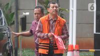 Tersangka Sekretaris Daerah (nonaktif) Jawa Barat Iwa Karniwa tiba untuk menjalani pemeriksaan di gedung KPK, Jakarta, Selasa (26/11/2019). Iwa Karniwa menjalani pemeriksaan lanjutan sebagai tersangka terkait kasus dugaan suap proyek Meikarta. (merdeka.com/Dwi Narwoko)
